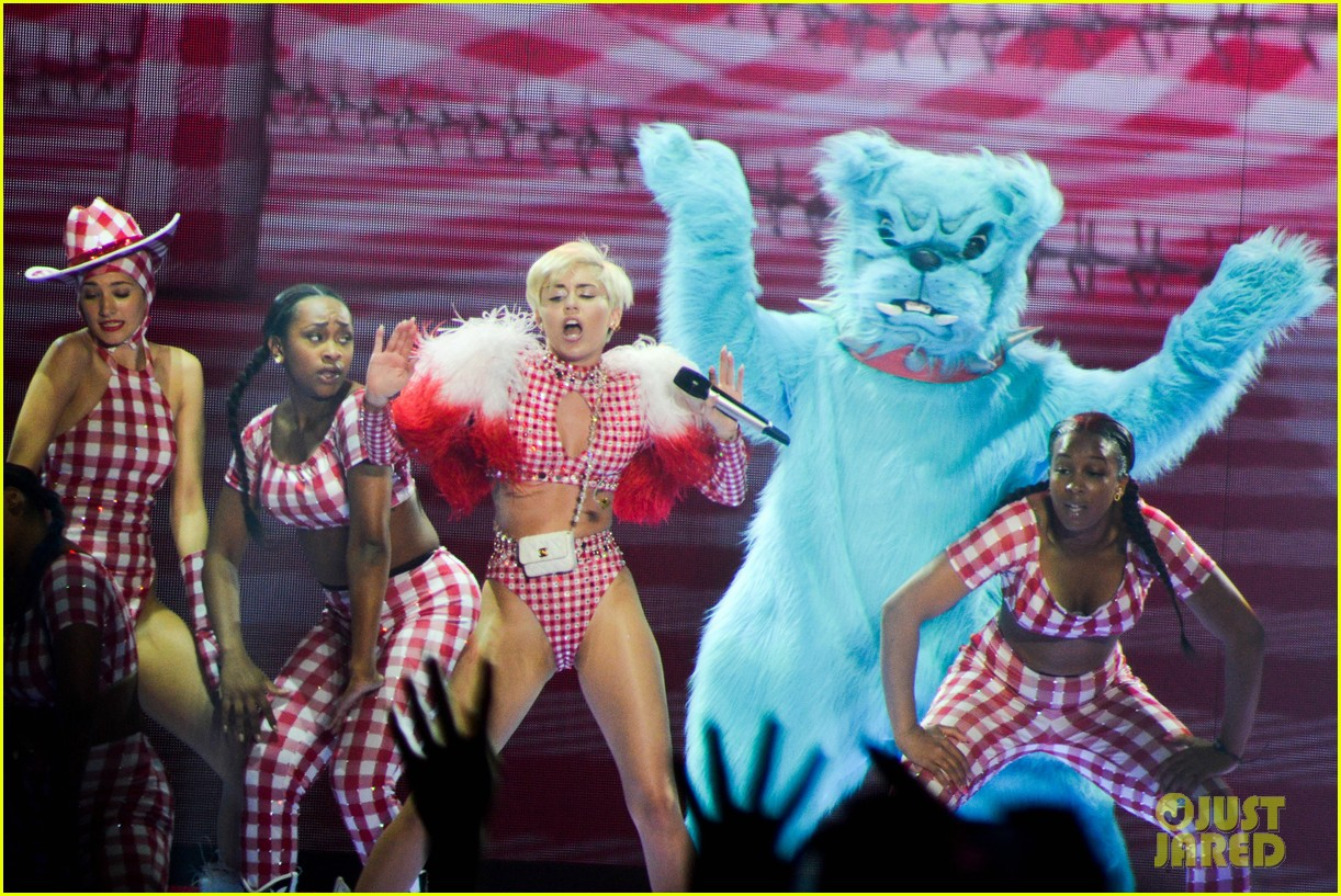 miley cyrus stop bullying love eachother belgium concert 193140618