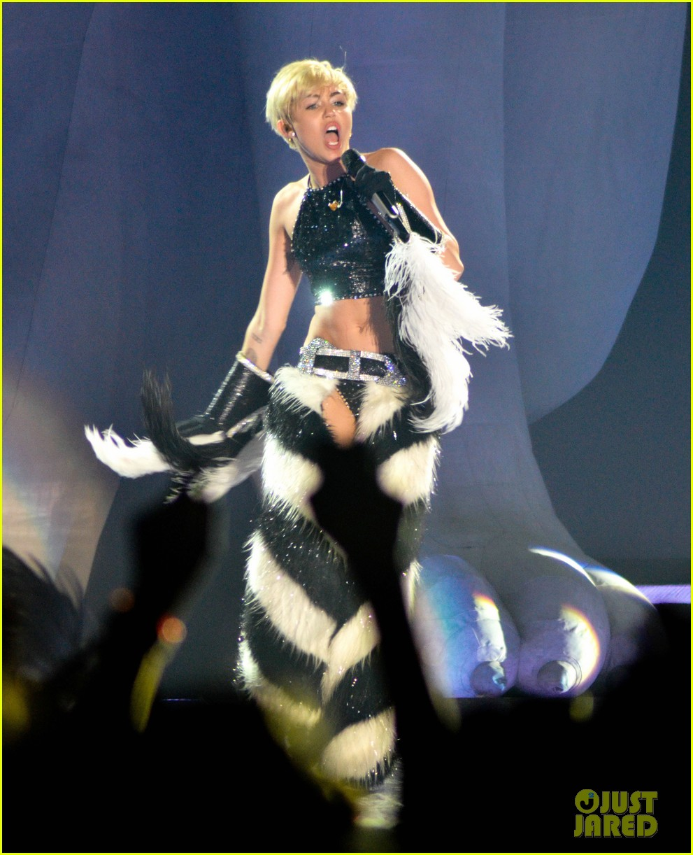 miley cyrus stop bullying love eachother belgium concert 21