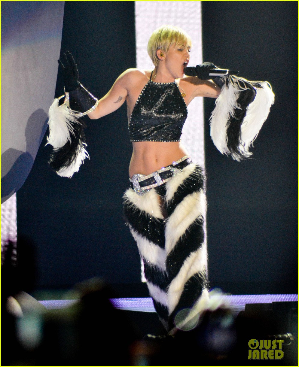 miley cyrus stop bullying love eachother belgium concert 24