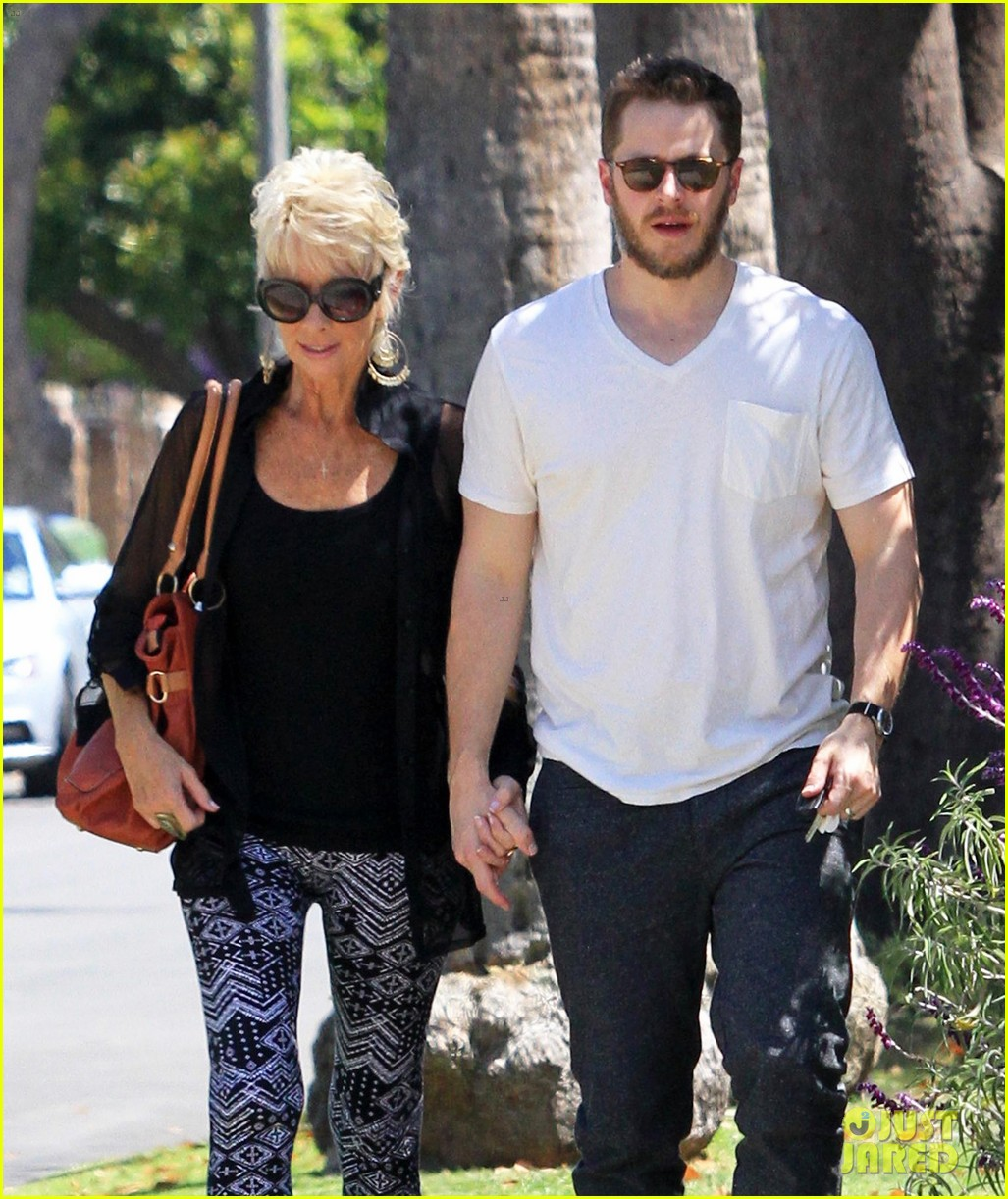 josh dallas holds his moms hand after baby oliver birth 023128603