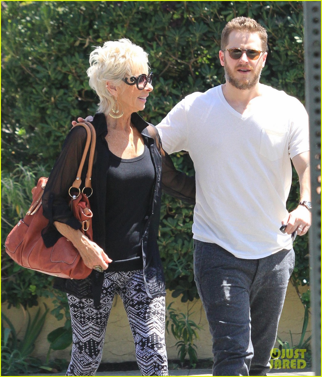 josh dallas holds his moms hand after baby oliver birth 043128605