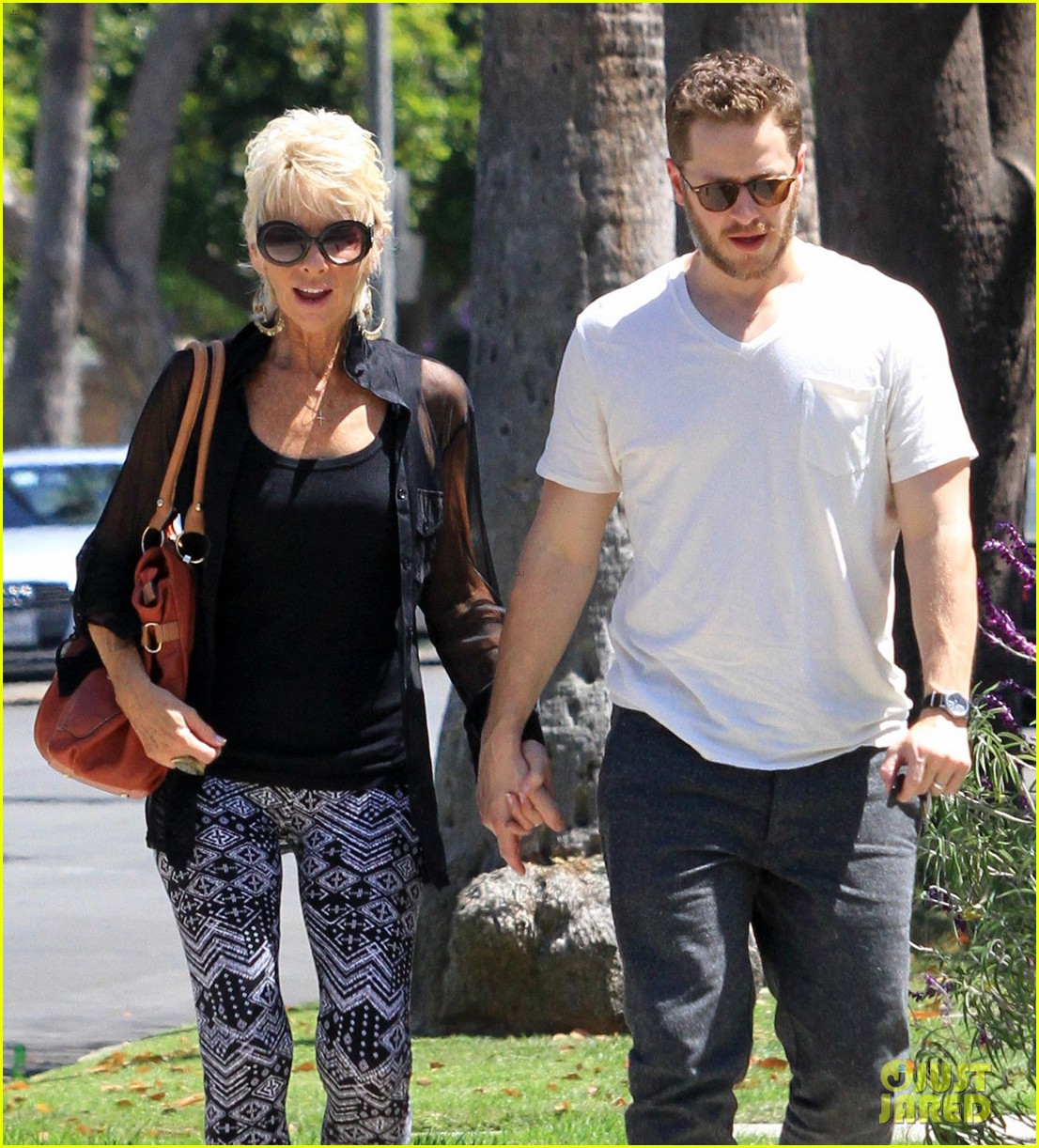 josh dallas holds his moms hand after baby oliver birth 083128609