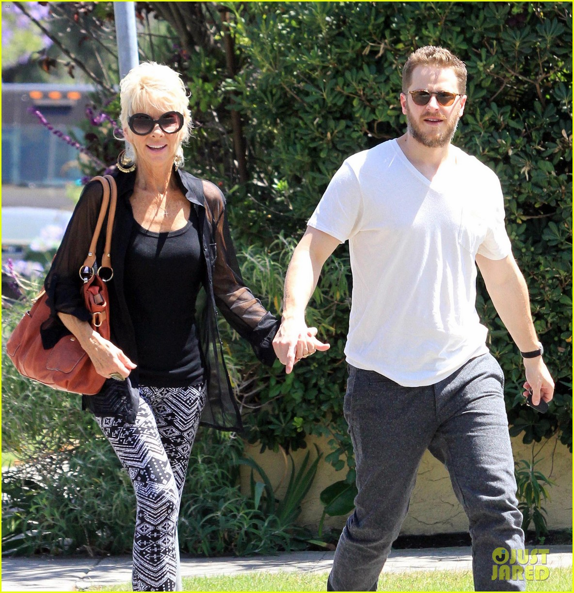 josh dallas holds his moms hand after baby oliver birth 103128611