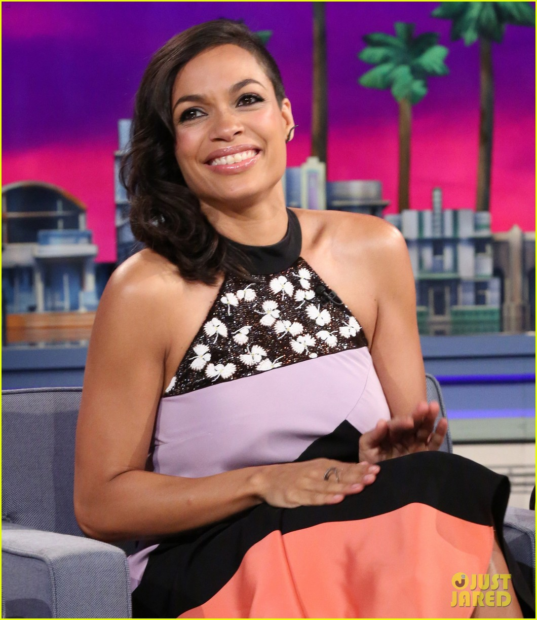 rosario dawson meets albino alligator family on the tonight show 01