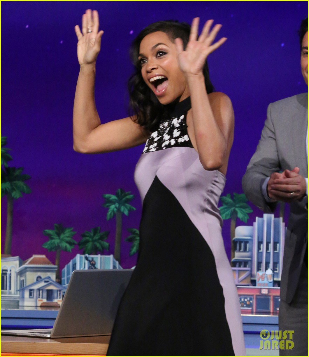 rosario dawson meets albino alligator family on the tonight show 043138753