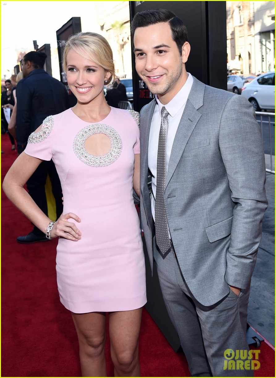 zoey deutch joins pitch perfect stars anna camp skylar astin at true blood 093137946