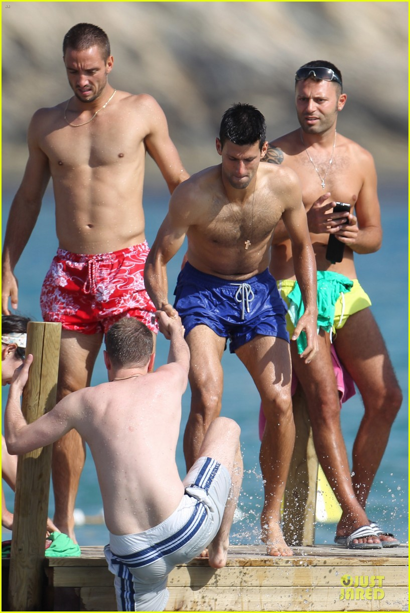 novak djovokic shirtless vacation after french open 03