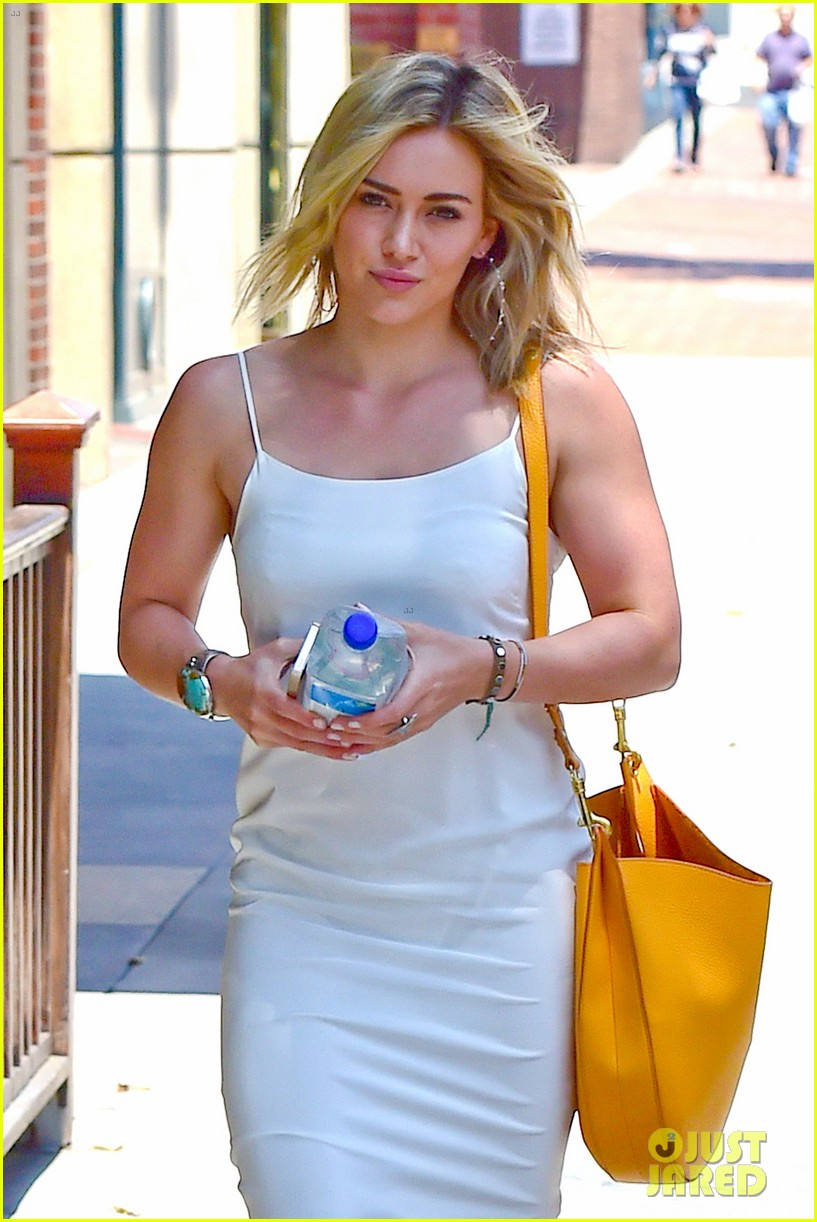 hilary duff cant seem to grab jonah hills attention 043147061