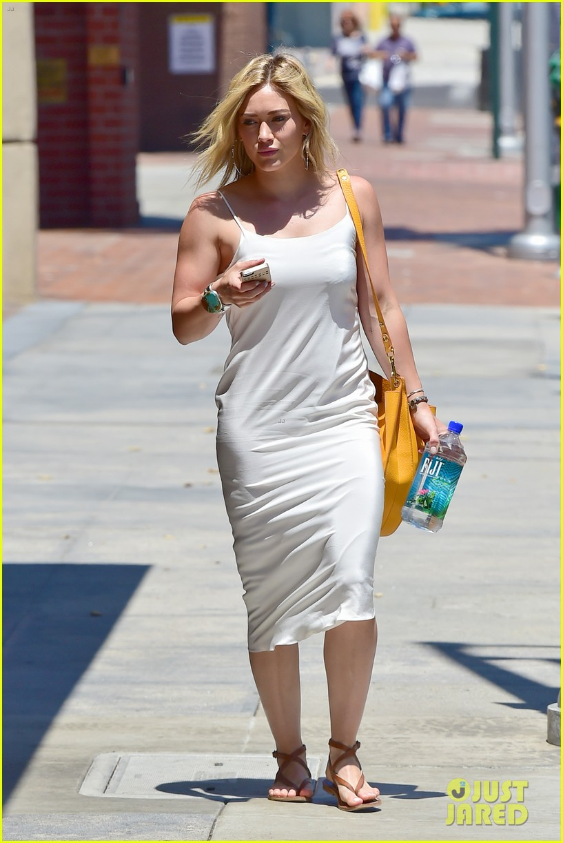 hilary duff cant seem to grab jonah hills attention 19