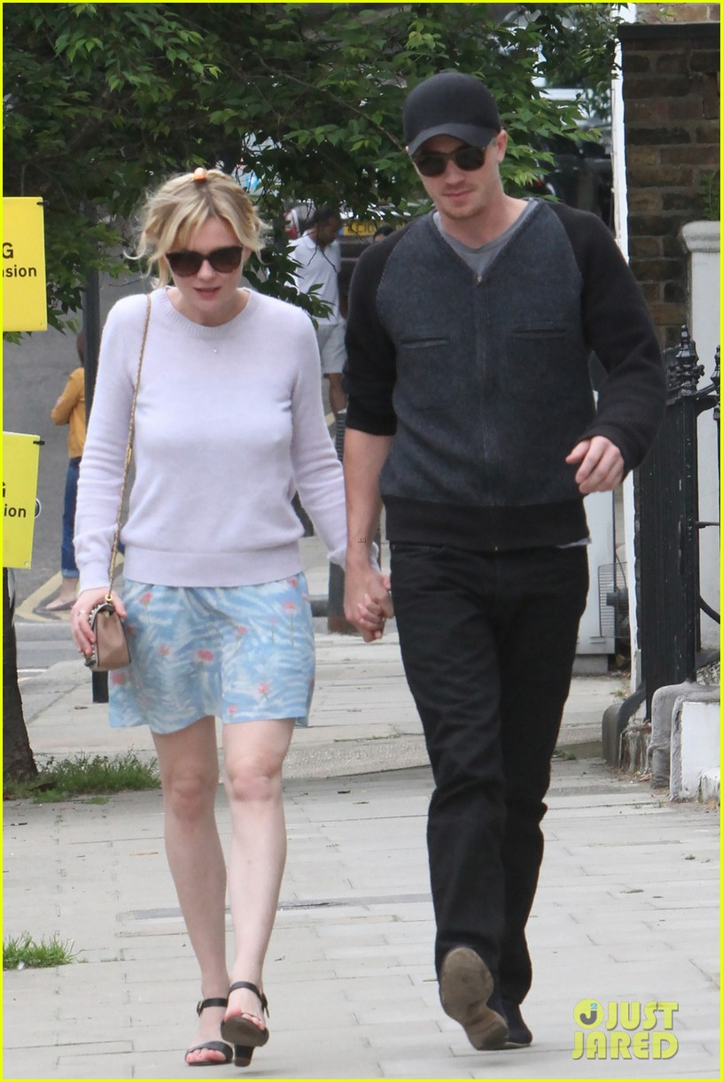 kirsten dunst garrett hedlund hold hands in london 013125595