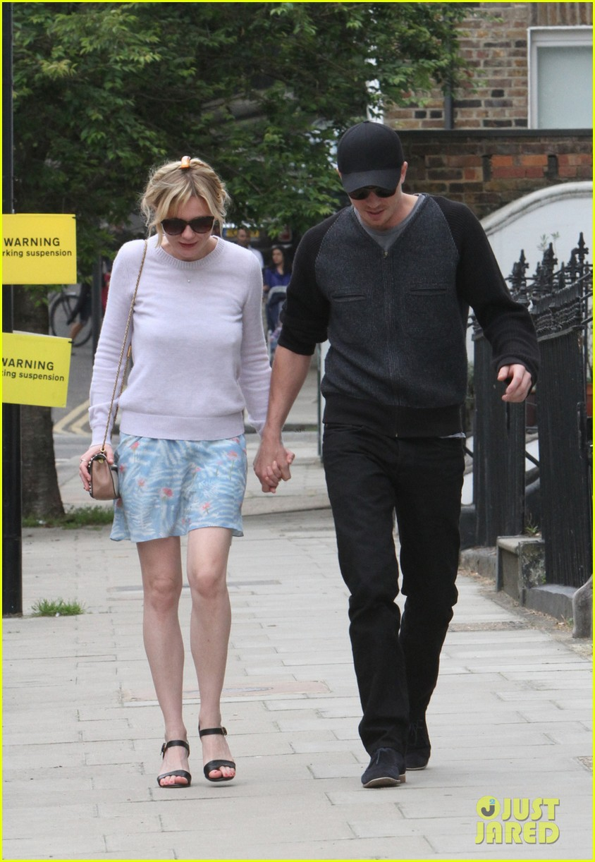 kirsten dunst garrett hedlund hold hands in london 023125596
