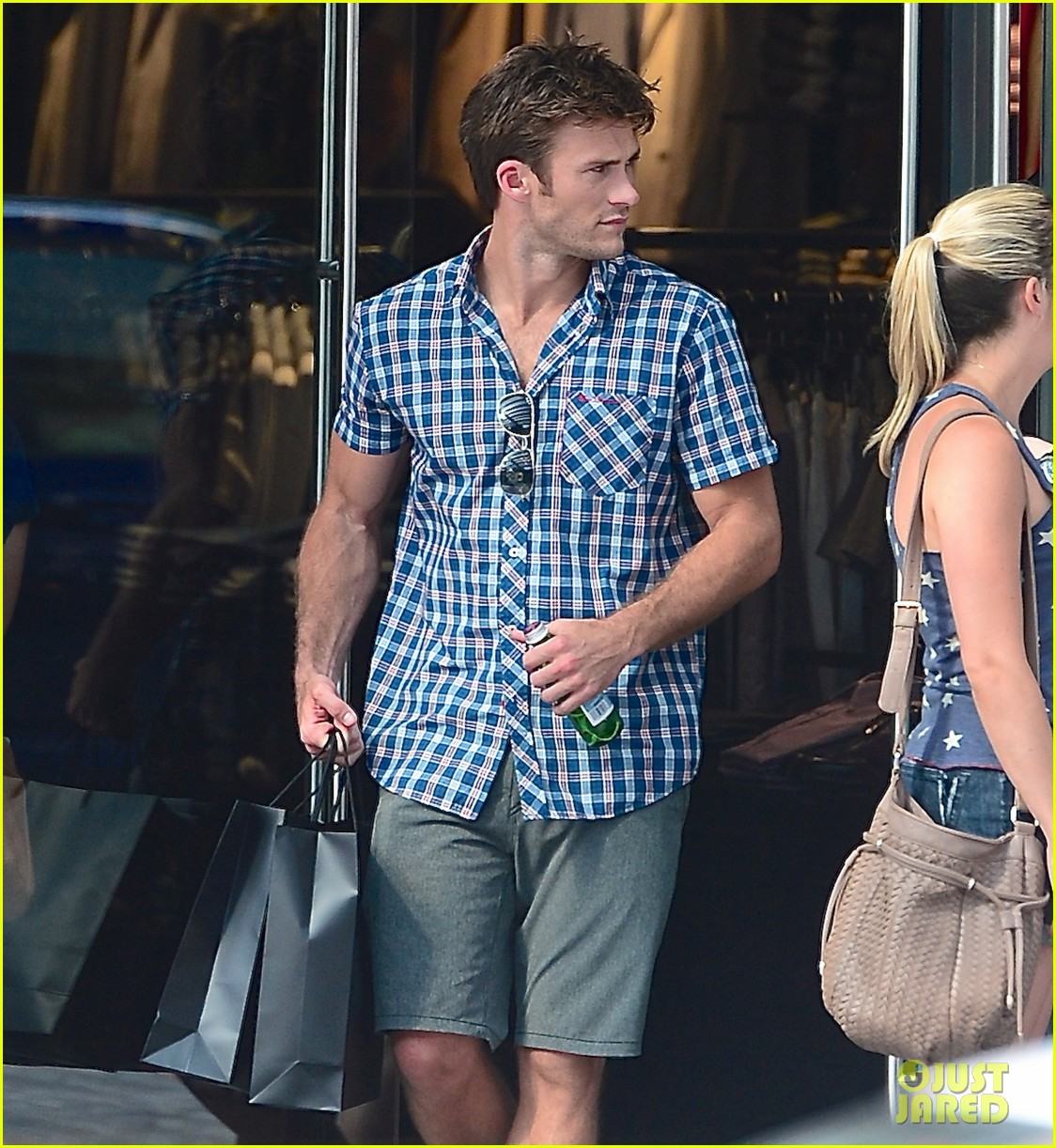 scott eastwood chows down on a hot dog 013144415