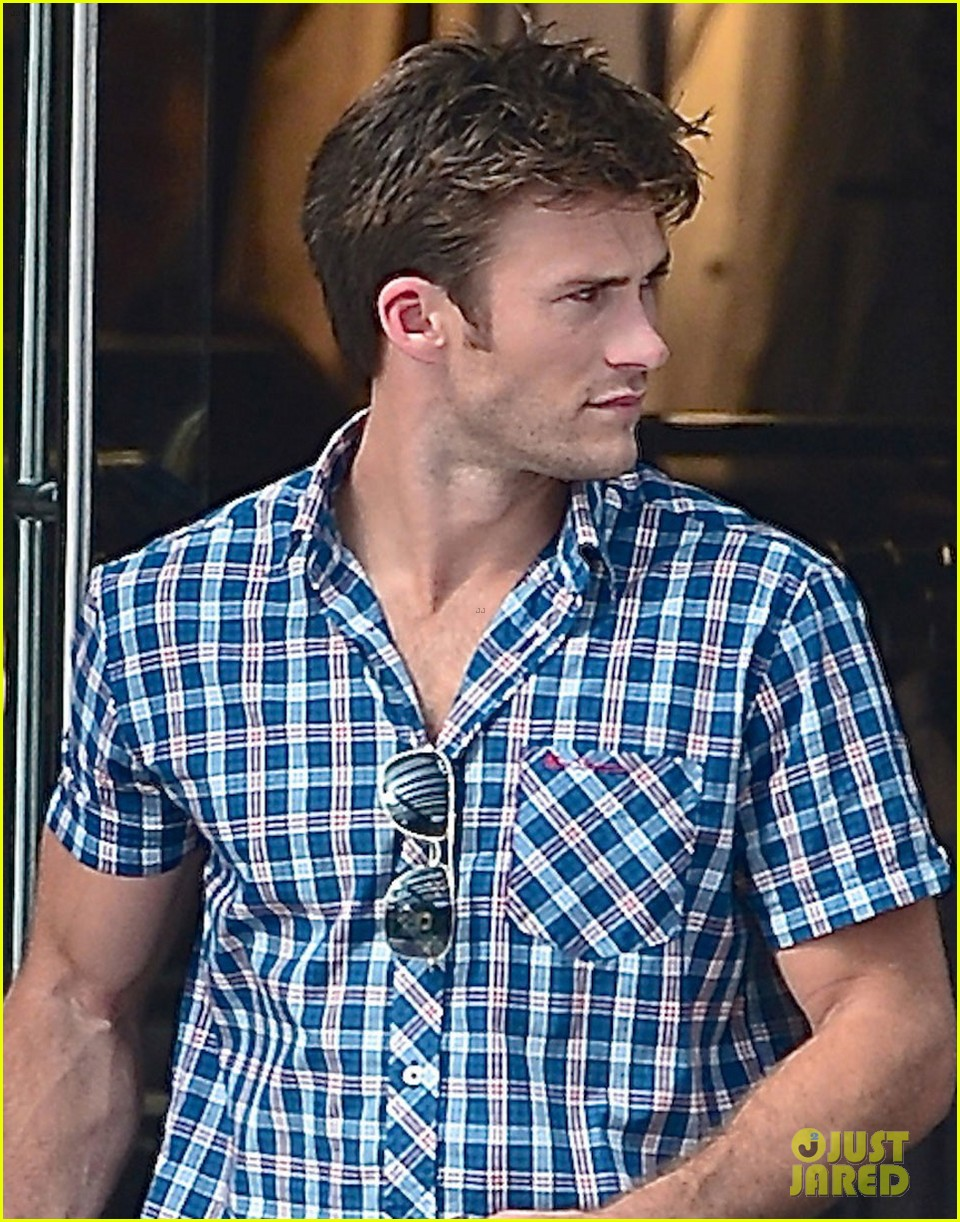 scott eastwood chows down on a hot dog 043144418