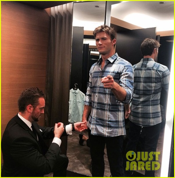 scott eastwood chows down on a hot dog 053144419