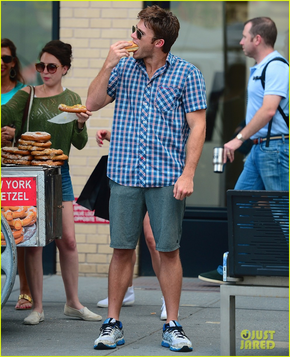 scott eastwood chows down on a hot dog 063144420
