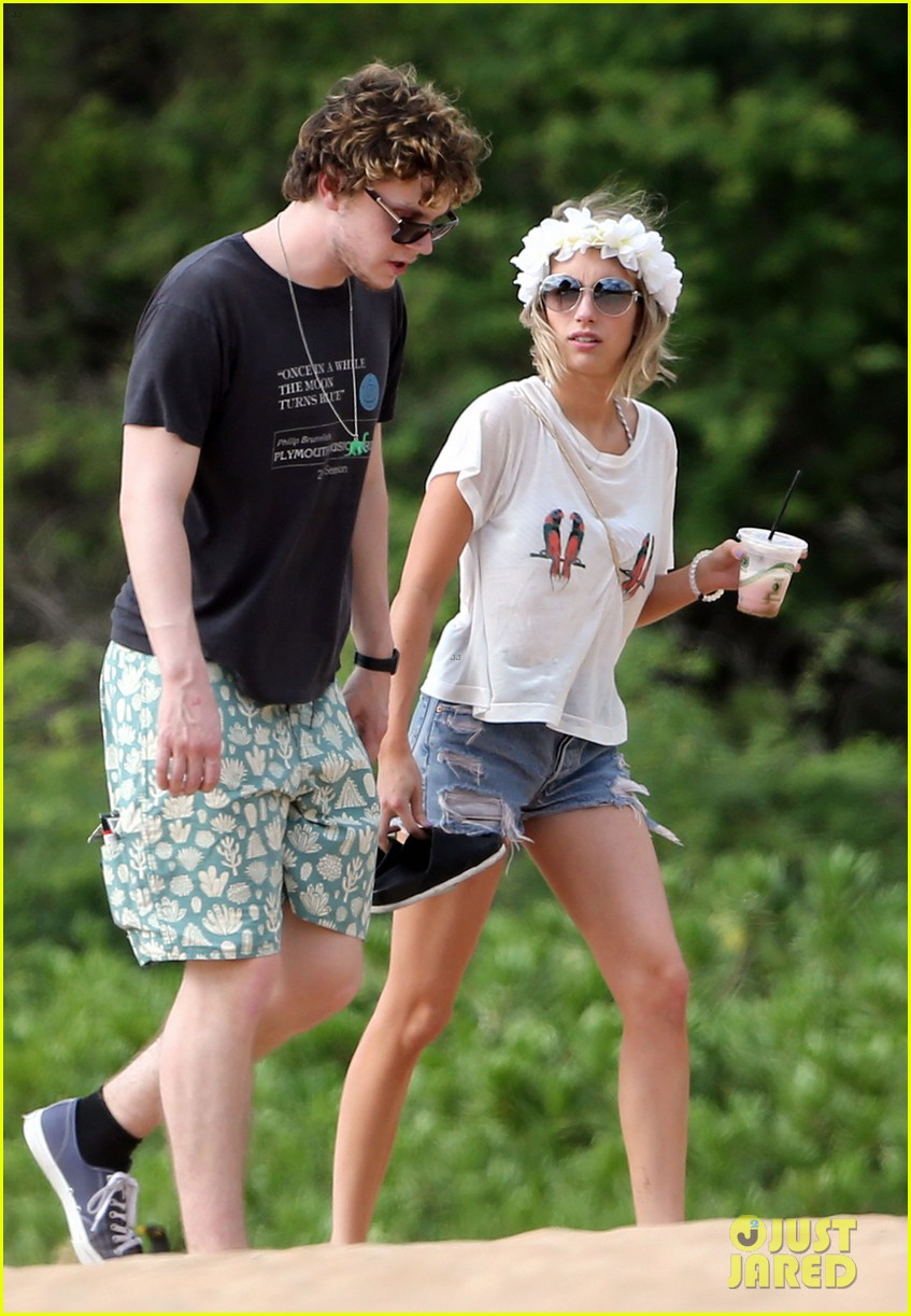 emma roberts bikini hawaii vacation evan peters 023127960