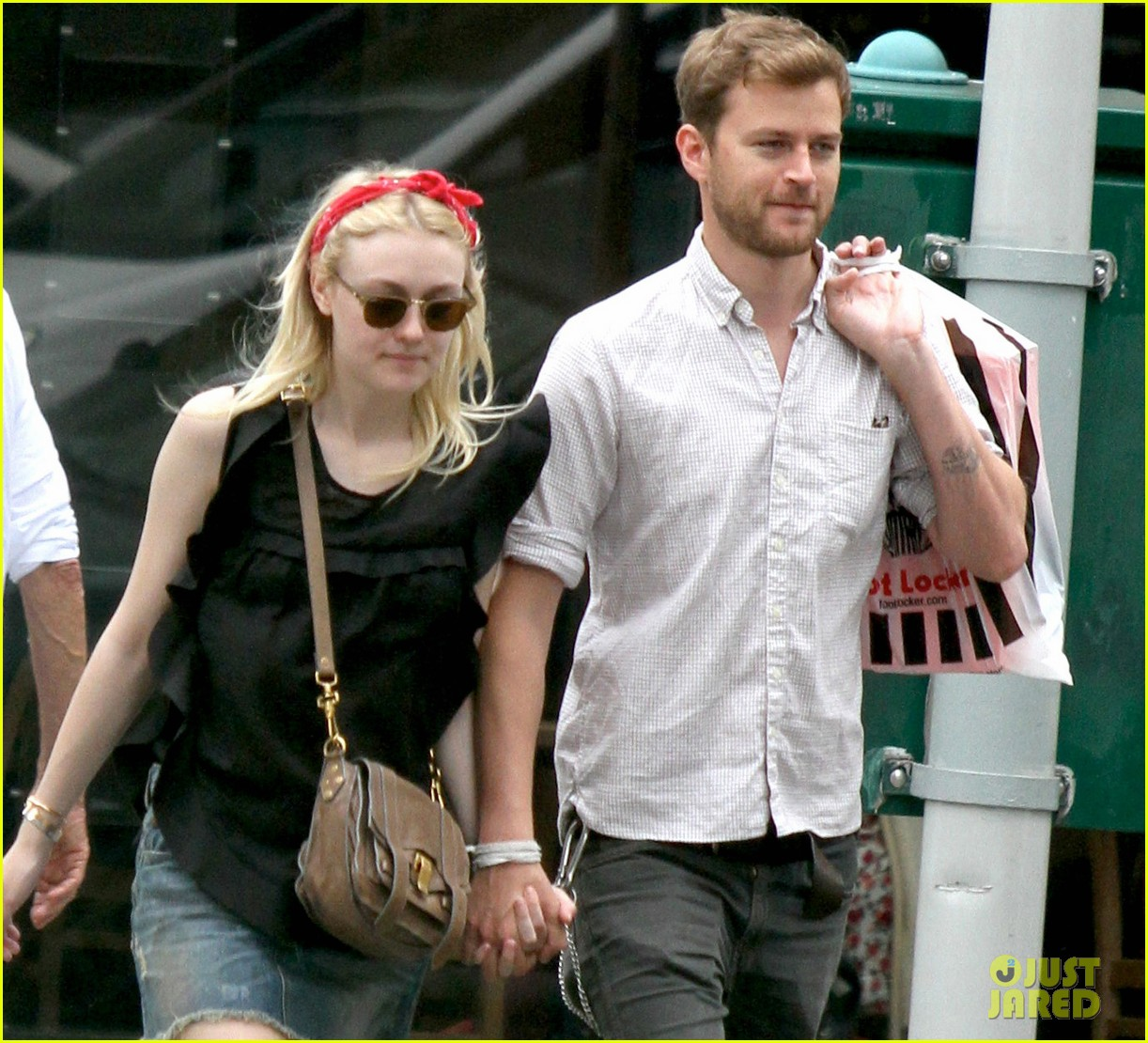 dakota fanning boyfriend walk hand in hand 02