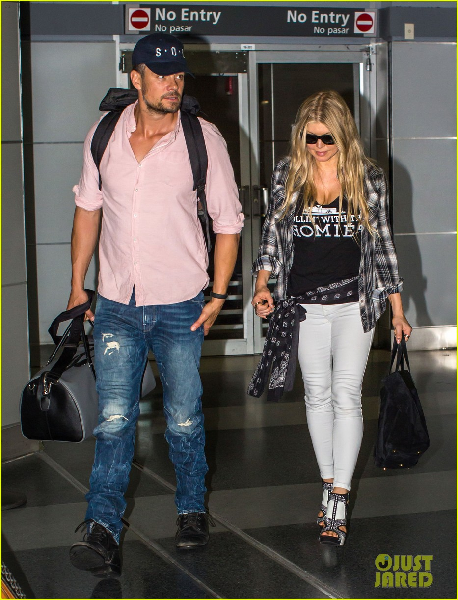 fergie gets the major giggles at the airport with josh duhamel 013132533