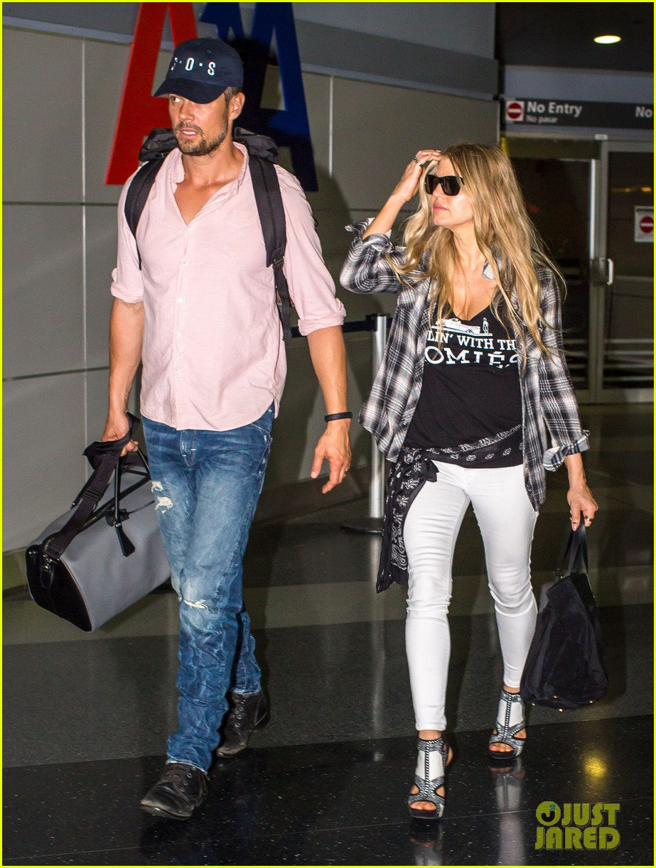 fergie gets the major giggles at the airport with josh duhamel 053132537