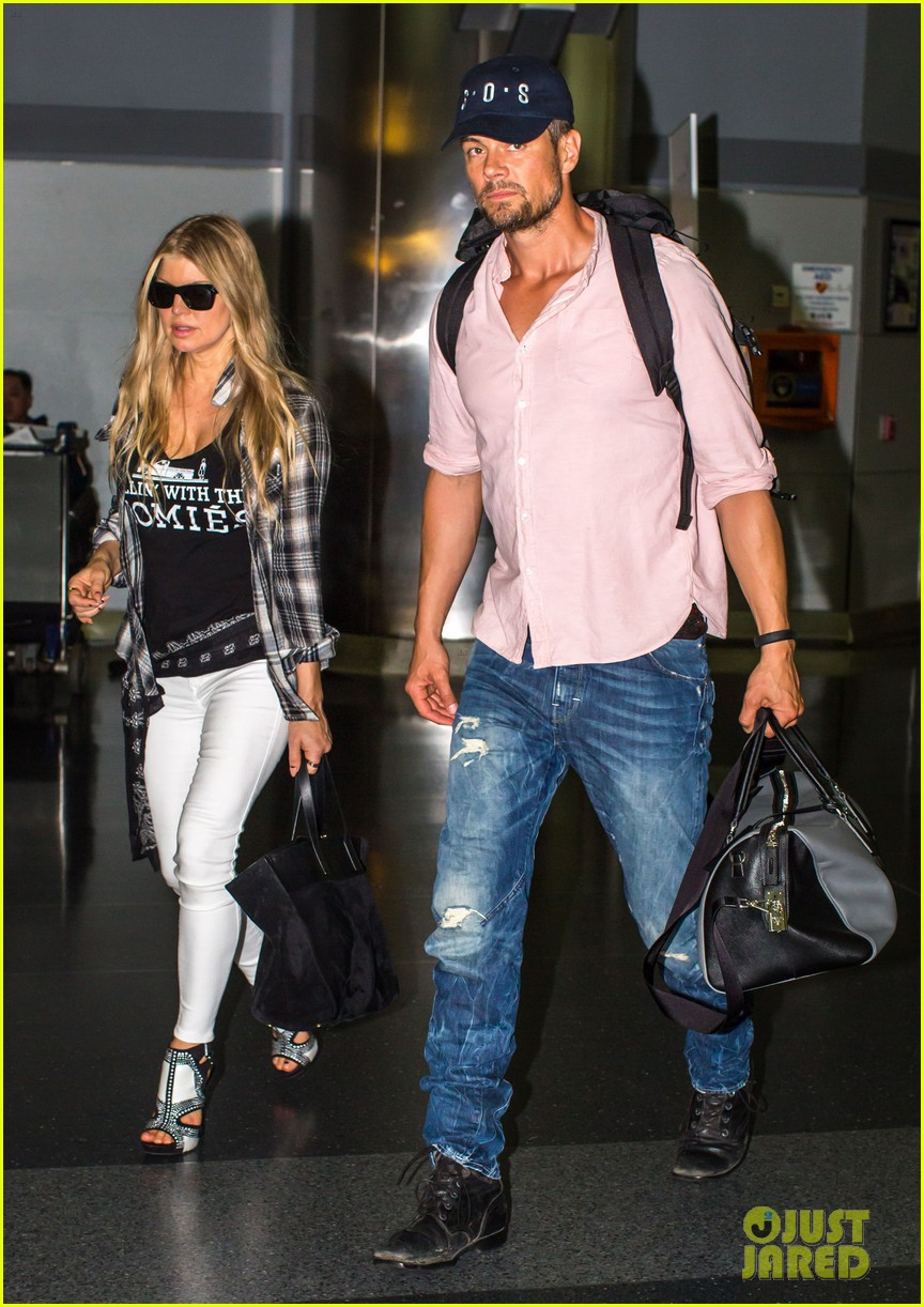 fergie gets the major giggles at the airport with josh duhamel 063132538