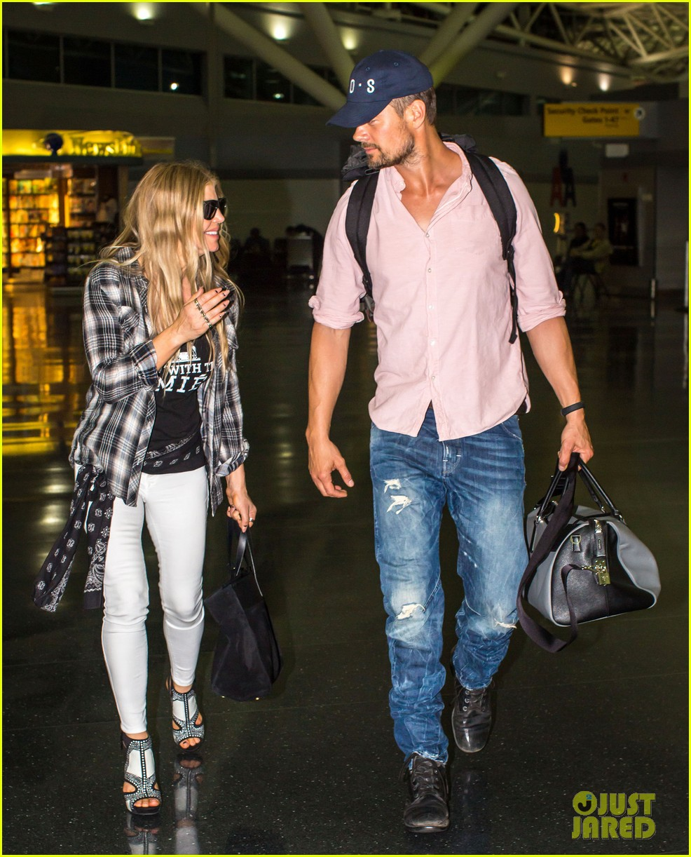 fergie gets the major giggles at the airport with josh duhamel 083132540