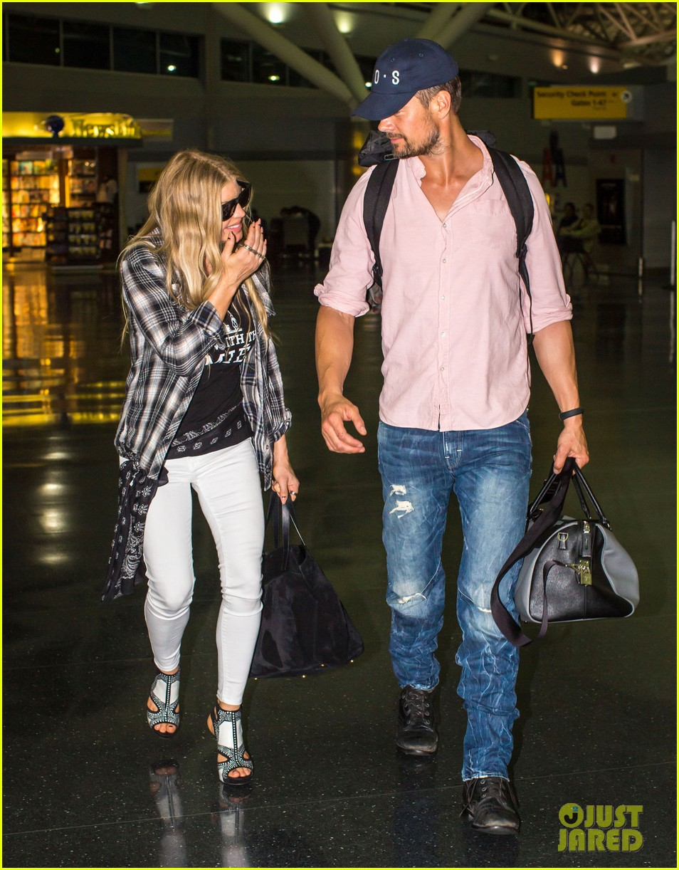 fergie gets the major giggles at the airport with josh duhamel 093132541