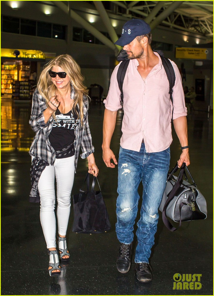fergie gets the major giggles at the airport with josh duhamel 103132542