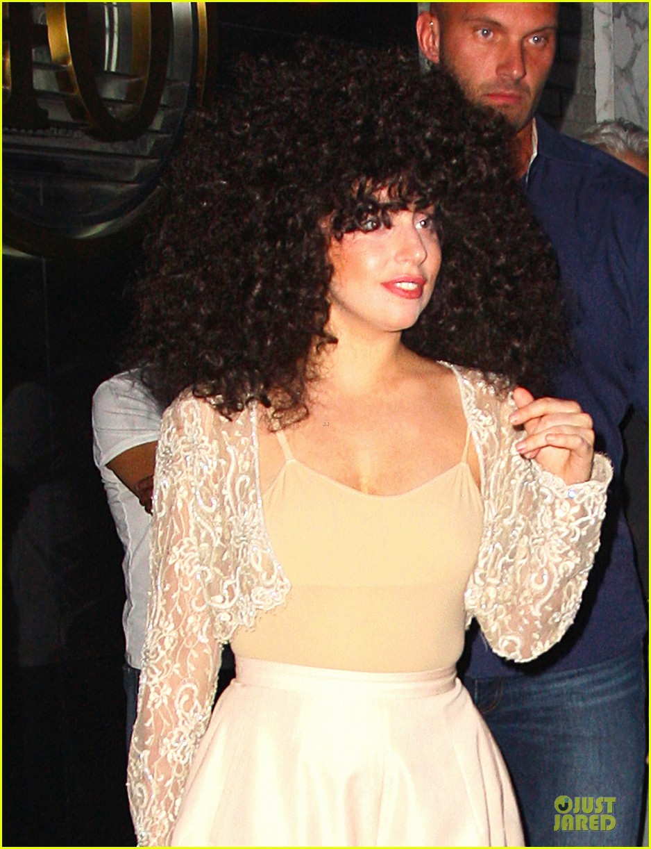lady gaga cant stop wearing her cool wig 04