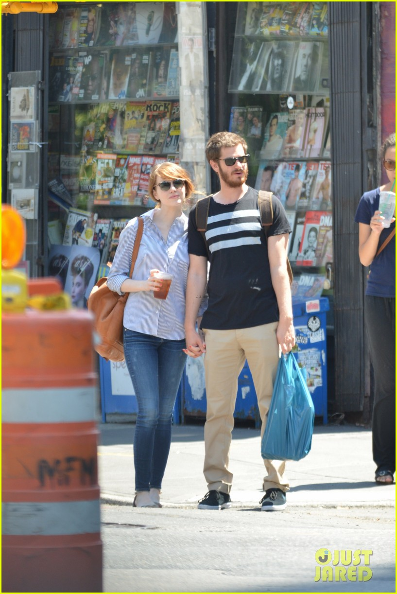 andrew garfield confronts paparazzi on stroll with emma stone 013141865