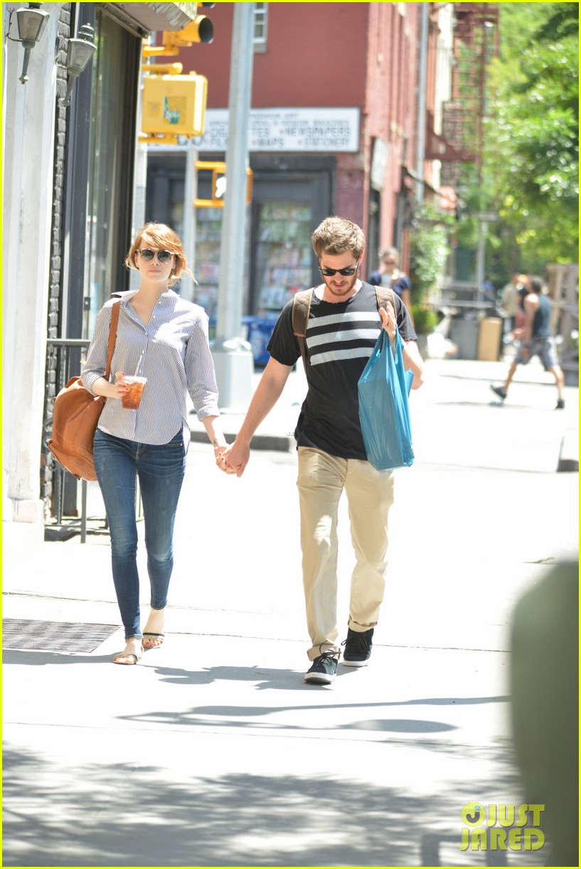 andrew garfield confronts paparazzi on stroll with emma stone 033141867