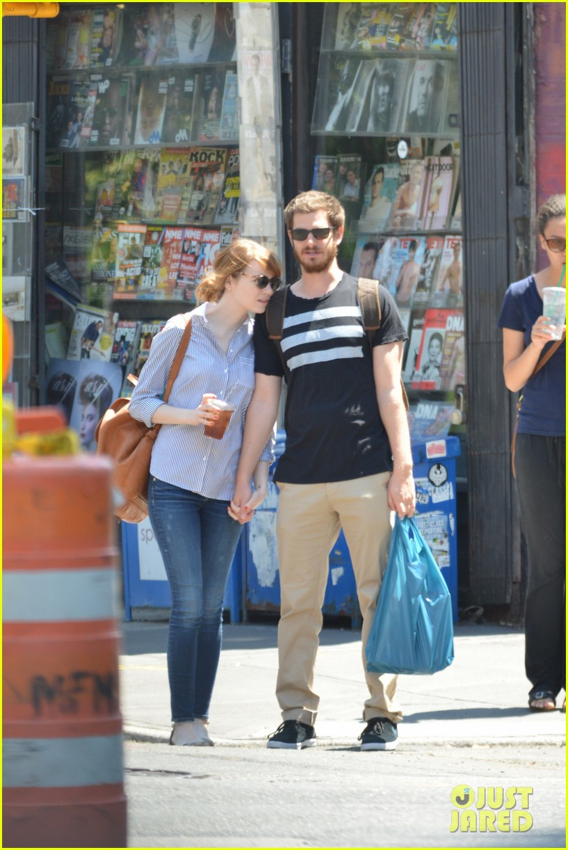 andrew garfield confronts paparazzi on stroll with emma stone 043141868