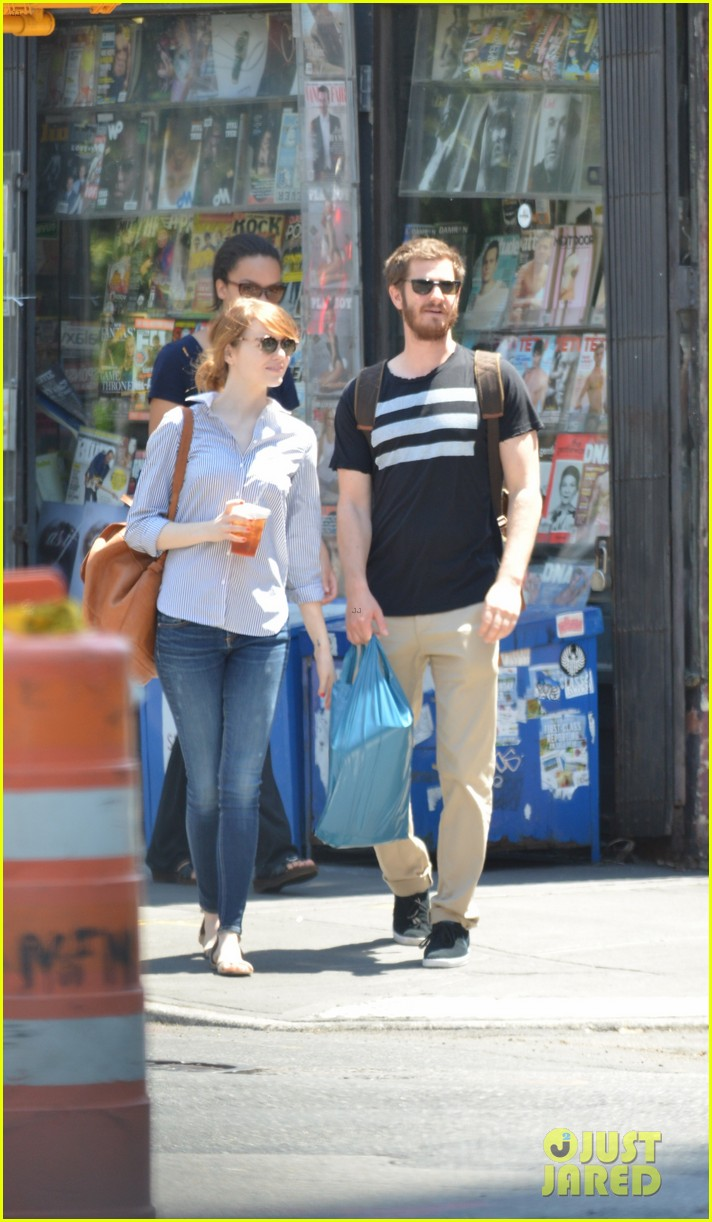 andrew garfield confronts paparazzi on stroll with emma stone 053141869