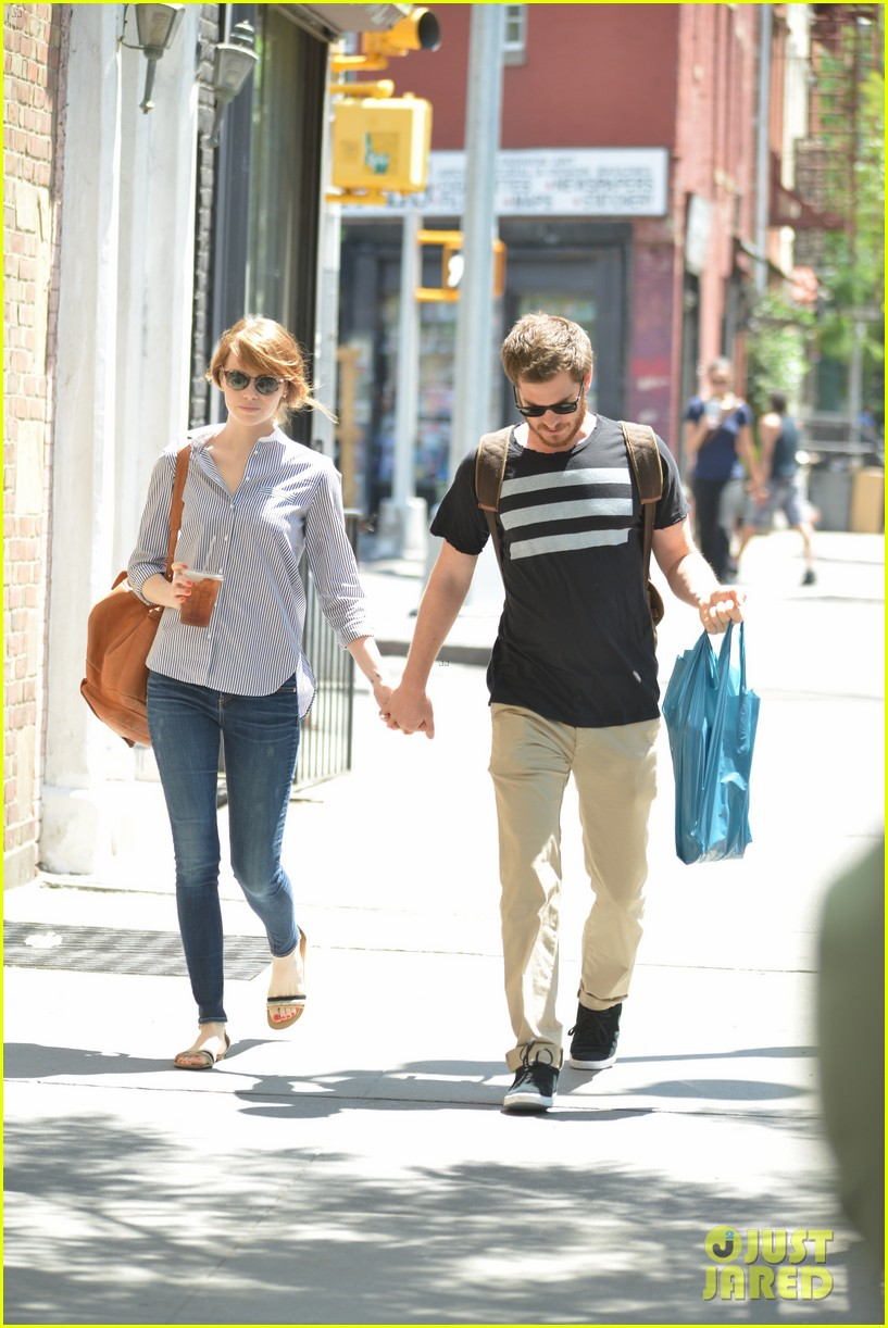andrew garfield confronts paparazzi on stroll with emma stone 083141872