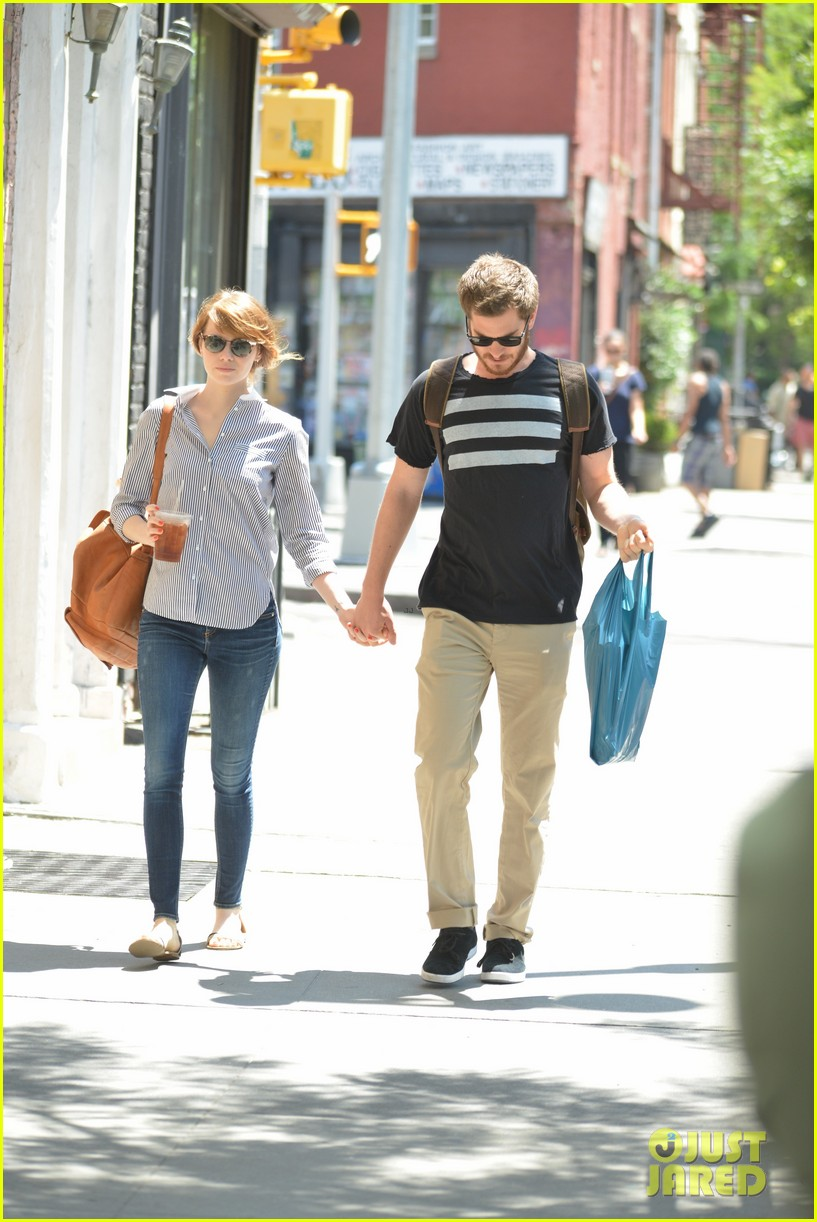 andrew garfield confronts paparazzi on stroll with emma stone 093141873