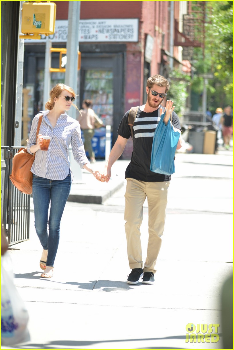 andrew garfield confronts paparazzi on stroll with emma stone 103141874