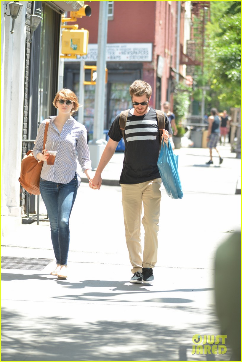 andrew garfield confronts paparazzi on stroll with emma stone 113141875