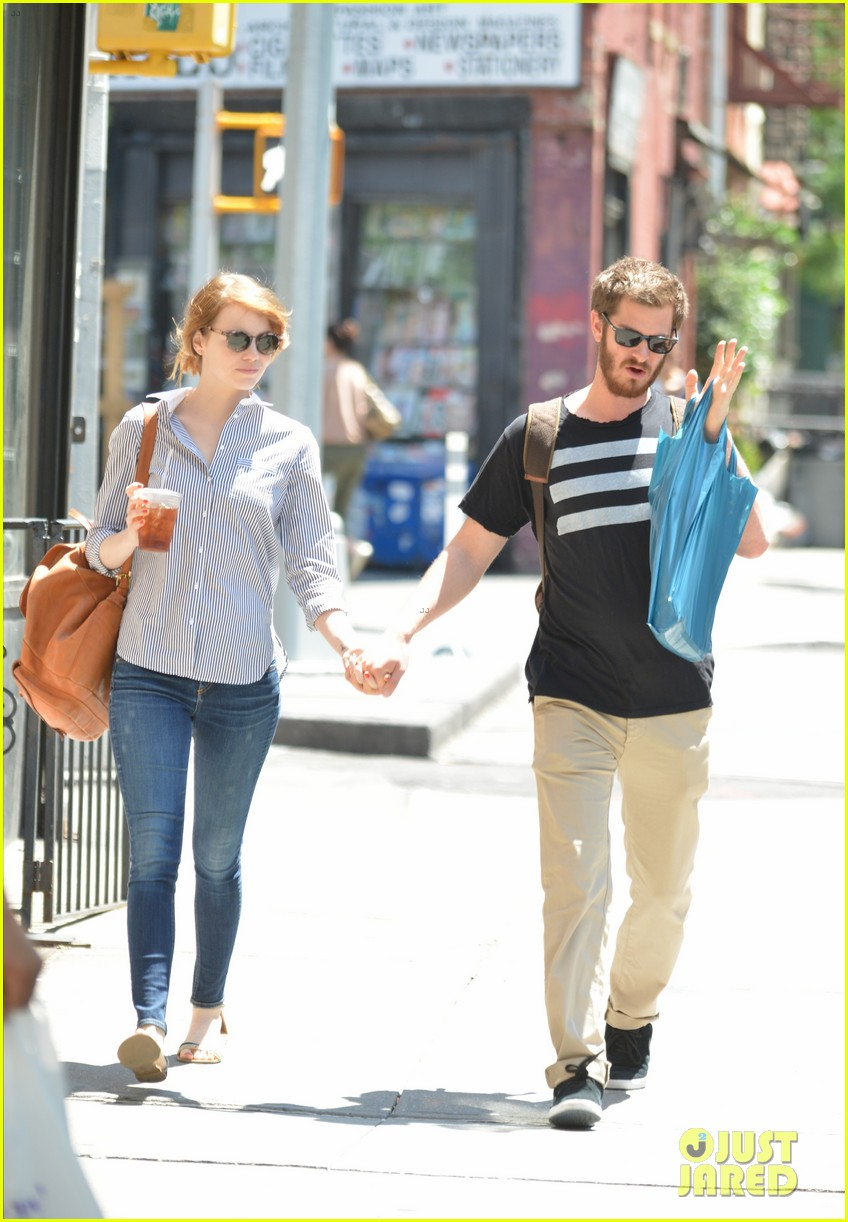 andrew garfield confronts paparazzi on stroll with emma stone 12