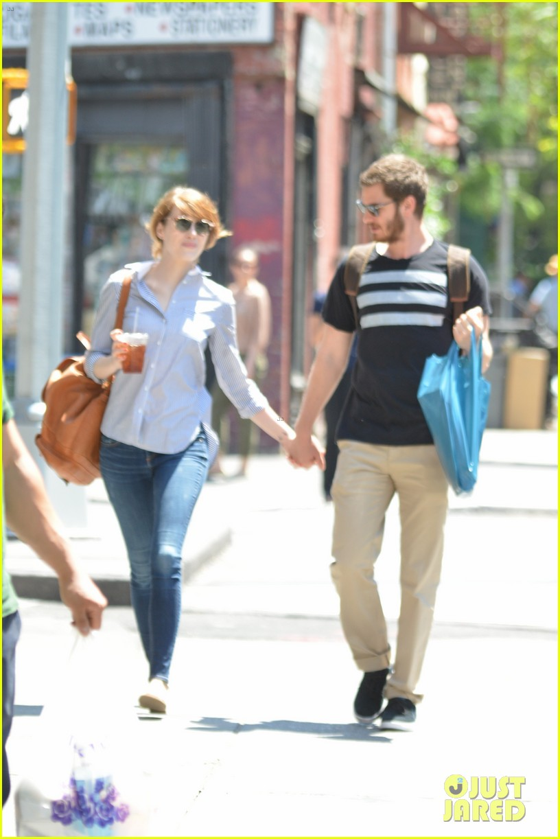 andrew garfield confronts paparazzi on stroll with emma stone 133141877