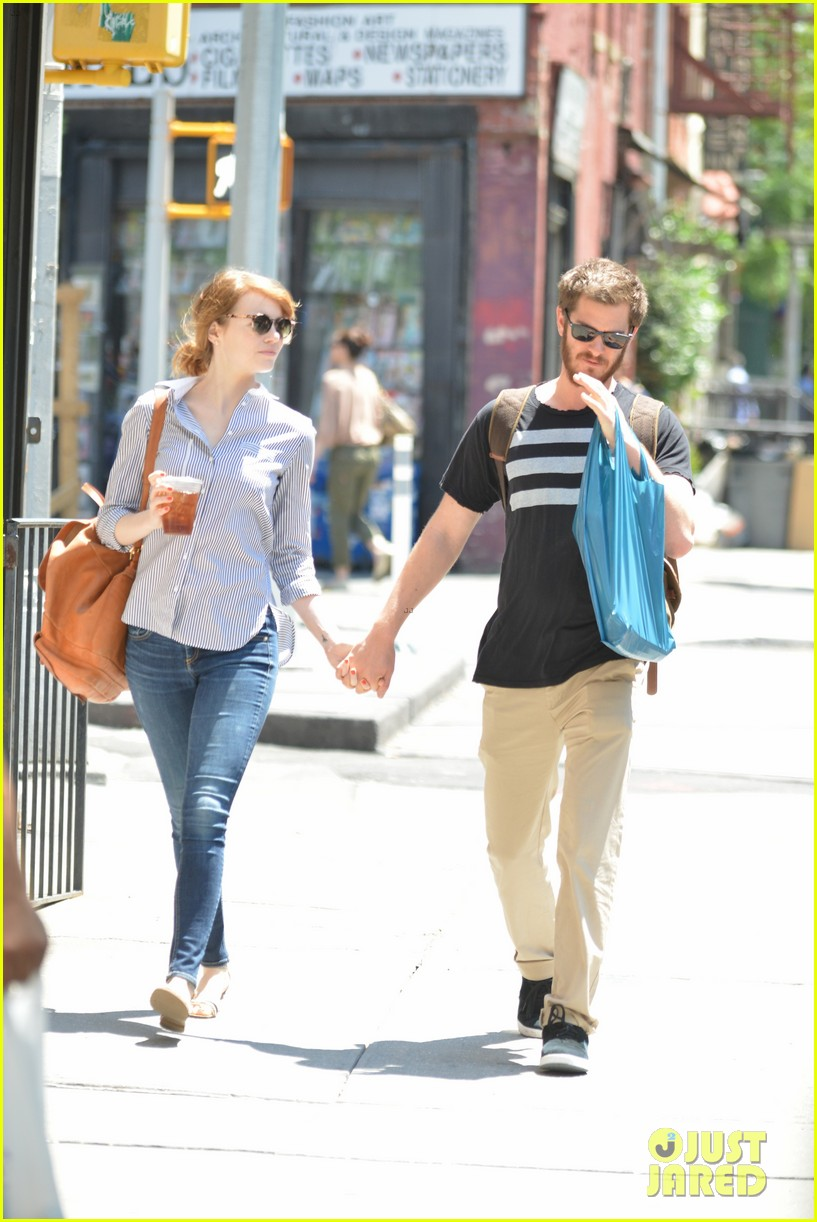andrew garfield confronts paparazzi on stroll with emma stone 153141879