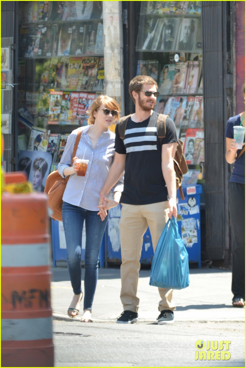 andrew garfield confronts paparazzi on stroll with emma stone 17
