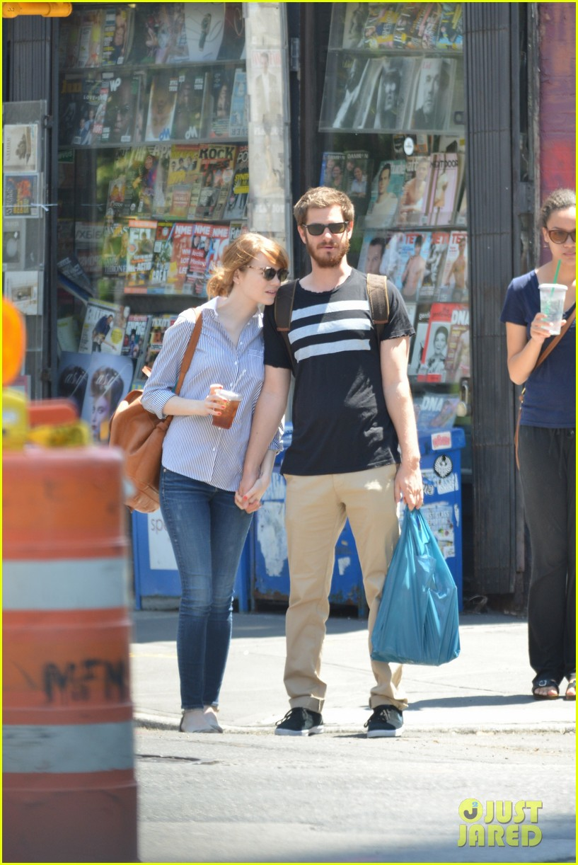 andrew garfield confronts paparazzi on stroll with emma stone 193141883