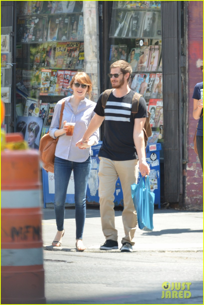 andrew garfield confronts paparazzi on stroll with emma stone 203141884