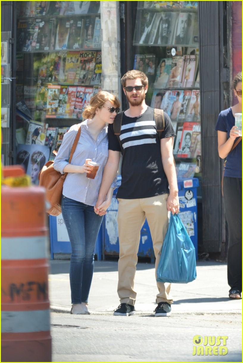 andrew garfield confronts paparazzi on stroll with emma stone 213141885