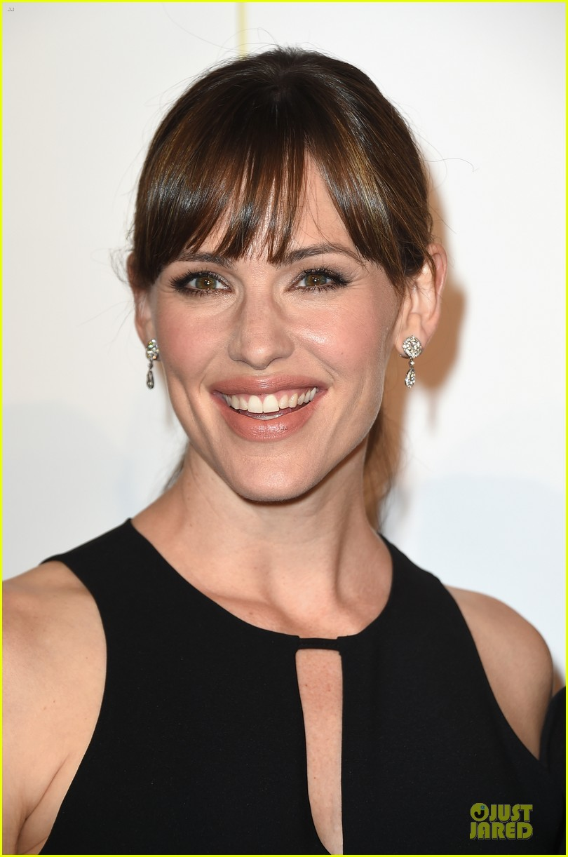 jennifer garner rocks jumpsuit as thrist gala host 043142906