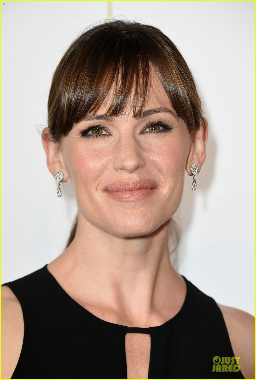 jennifer garner rocks jumpsuit as thrist gala host 083142910