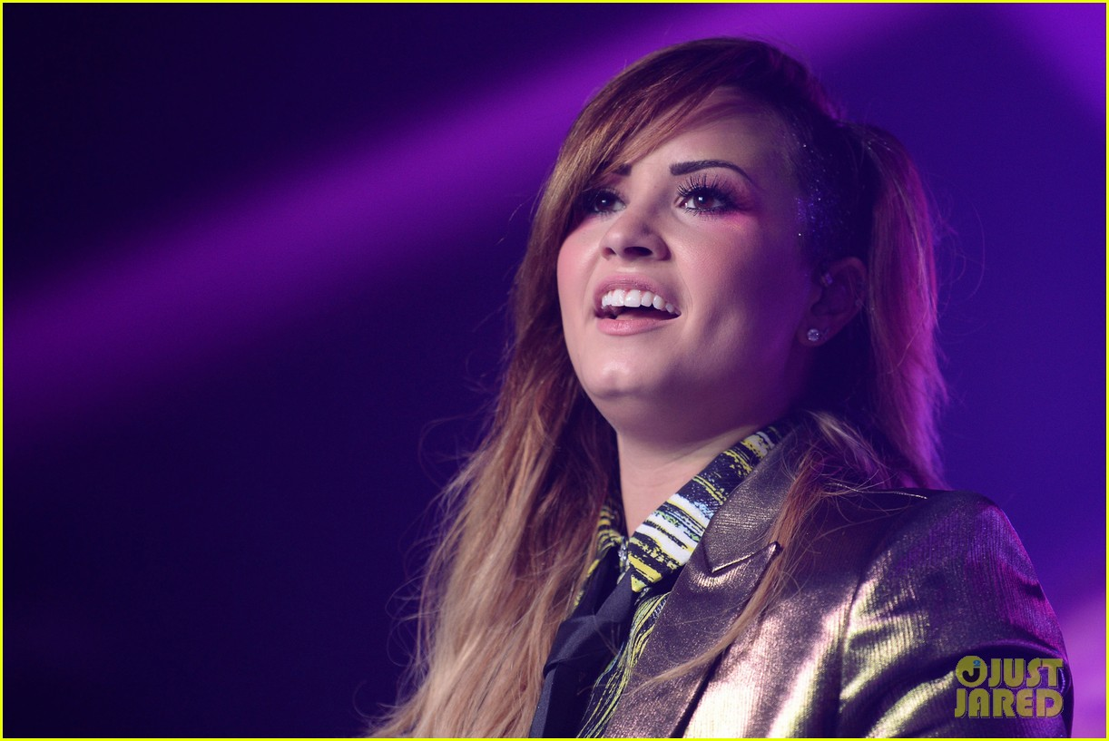 demi lovato london gay performance 04