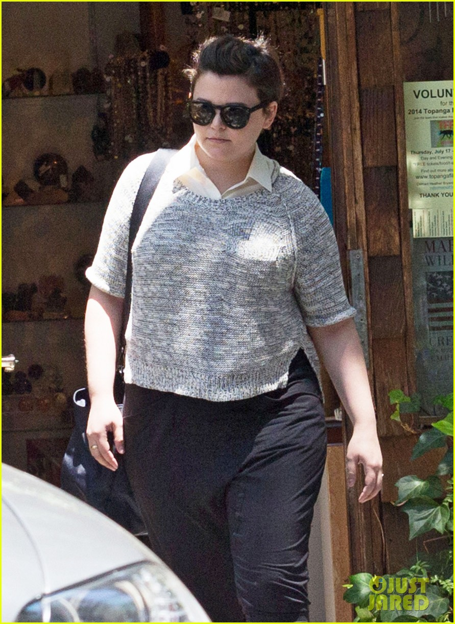 ginnifer goodwin steps out for first time since giving birth 023146856