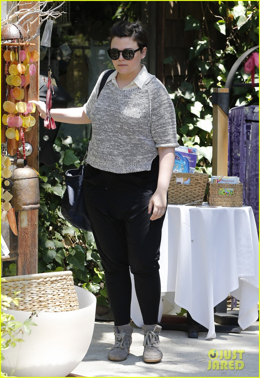 ginnifer goodwin steps out for first time since giving birth 033146857