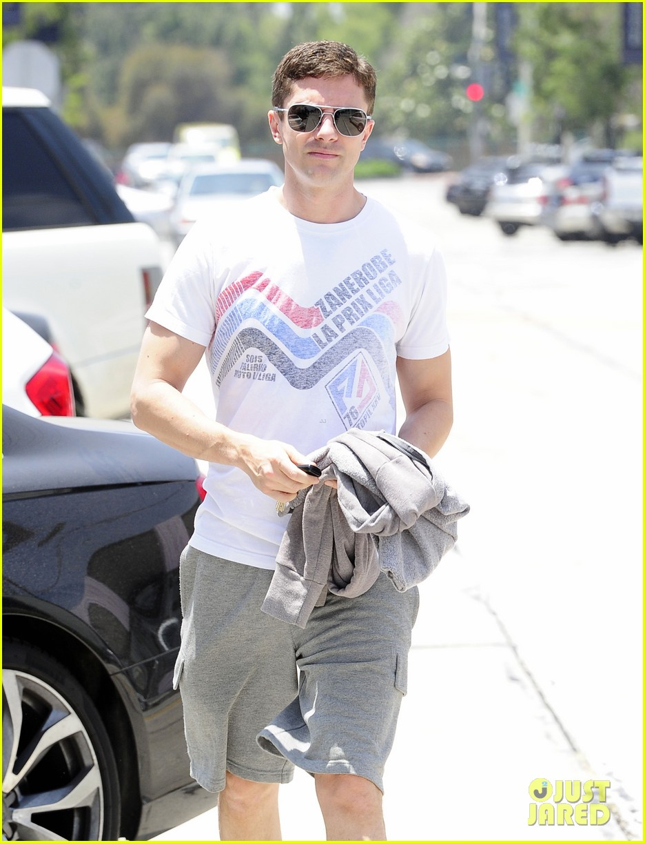 topher grace makes one fans day at the gym 083144836