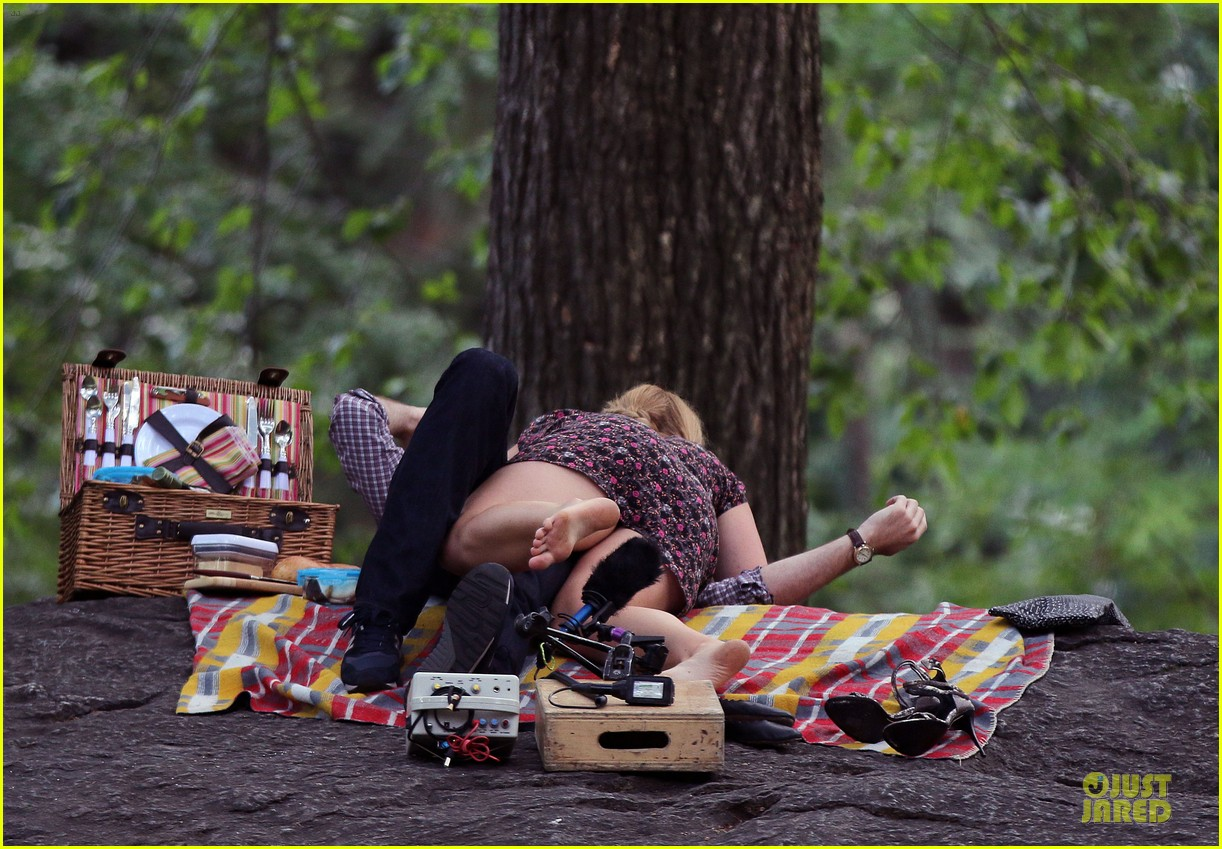 bill hader amy schumer kissing in central park 143145176
